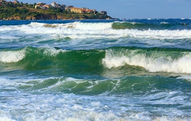Vista tempestosa del mare dalla spiaggia e dalle case sulla costa, bulgaria.