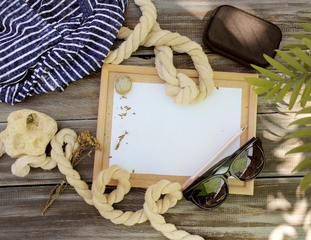 Mock up stile mare, cornice vuota e corde, foto all'aperto con ombre