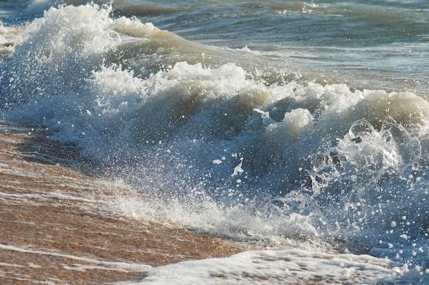 Mare surf grande rottura dell'onda sulla costa