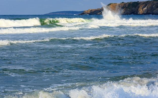 Spuma del mare con spruzzi vista dalla spiaggia.
