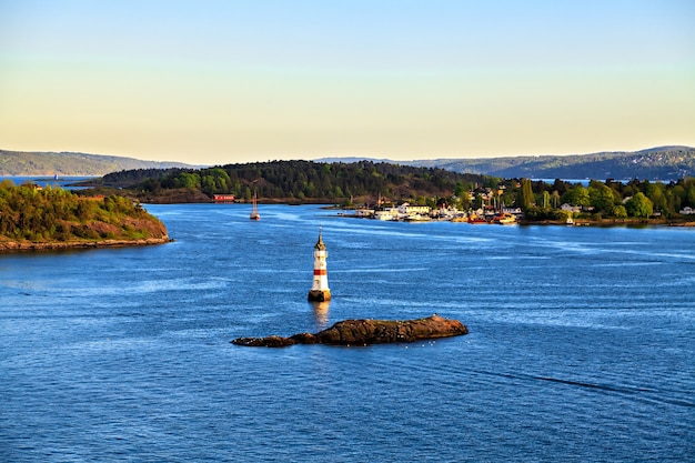 Dintorni di mare vicino a oslo, isole, norvegia