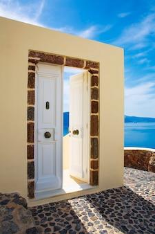 Vista mare e architettura a oia, santorini, grecia