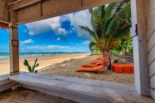 Vista mare dal bar sulla spiaggia con sedia a sdraio al giorno d'estate
