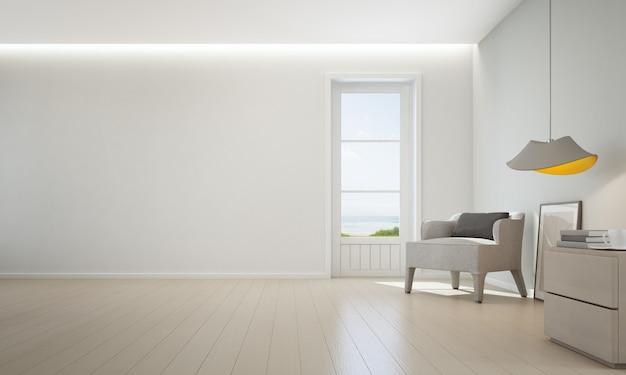 Soggiorno vista mare con pavimento in legno e parete bianca vuota in casa sulla spiaggia di lusso.