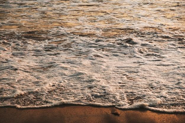 Onda del mare che raggiunge la riva