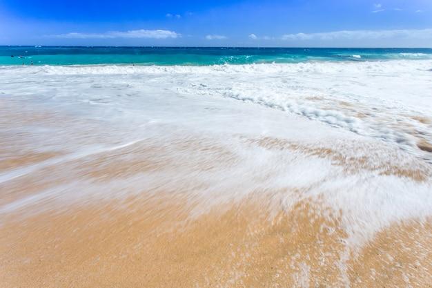 Onda del mare e spiaggia di sabbia