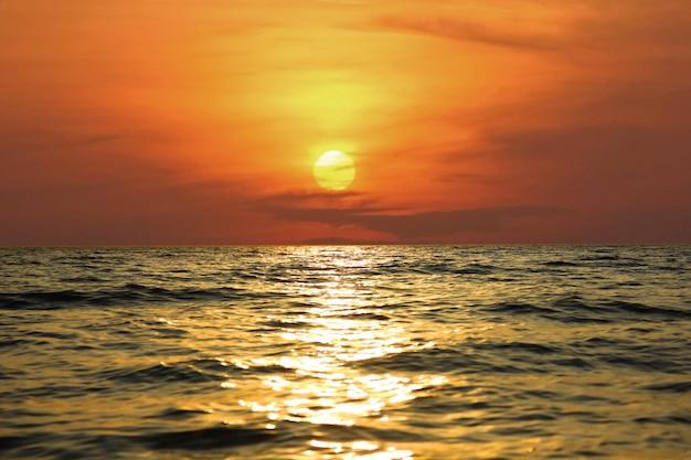 Onda del mare con il riflesso della luce del sole con il tramonto o il sorgere del sole paesaggio marino cielo colorato sullo sfondo della natura