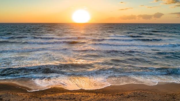 Onde del mare sul colpo drone 4k di bella spiaggia vista aerea