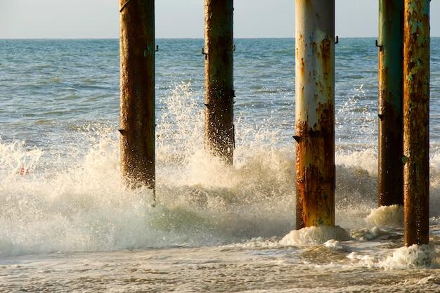 Mare e onde, tempesta, onde e schizzi a batumi