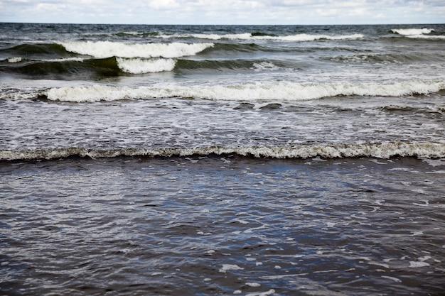 Onde del mare sulla superficie dell'acqua di mare durante forti venti e maltempo