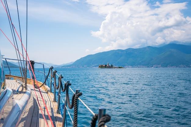 Uno yacht marino naviga oltre l'isola della madonna della misericordia