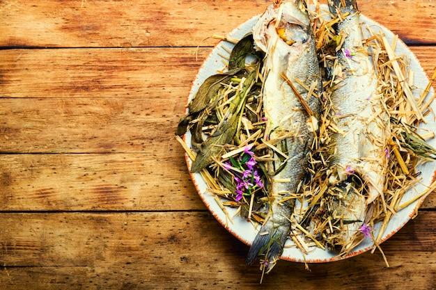 Pesce branzino al forno con erbe, spazio per il testo