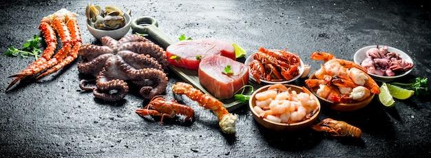 Frutti di mare. trancio di tonno fresco con polpo, gamberi, gamberi di fiume e ostriche.