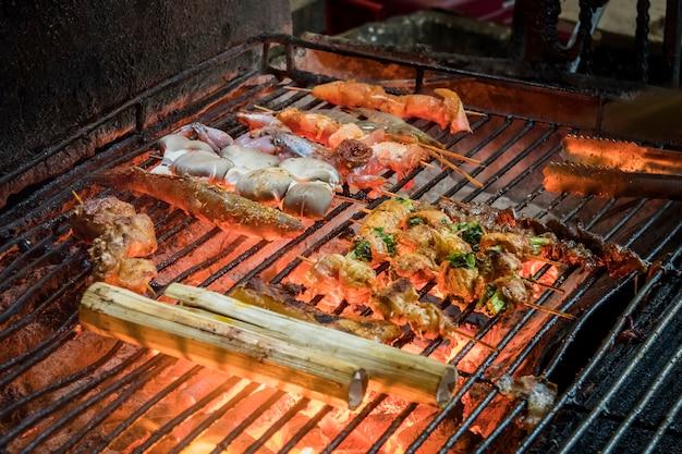 Frutti di mare fritti alla griglia in un ristorante sulla strada. cibo di strada nel sud-est asiatico. cucina tradizionale vietnamita.