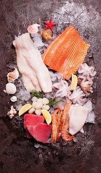 Frutti di mare sul ghiaccio, vista dall'alto sullo sfondo di pietra marrone