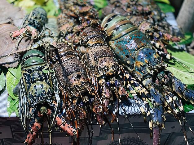 I frutti di mare, compresi tutti i tipi di aragoste, calamari e altri, sono sul tavolo di un ristorante in una località turistica in africa. concetto di viaggio.