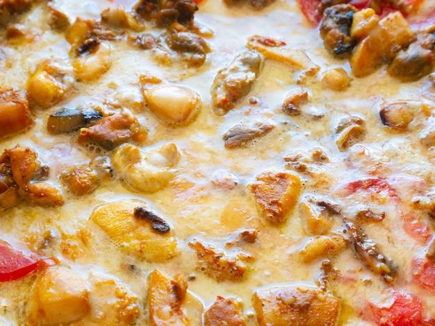 Pizza ai frutti di mare come sfondo. vista dall'alto, cibo spazzatura.