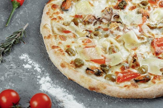 Pizza ai frutti di mare. pizza con mozzarella, gamberi, polpi, calamari, cozze e altri frutti di mare.