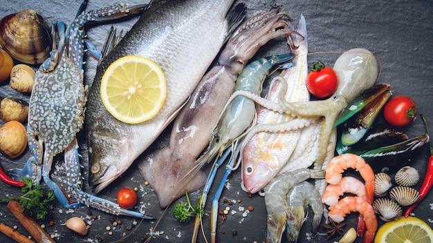 Piatto di frutti di mare con crostacei gamberetti gamberi granchio di conchiglie vongole cozze calamari polpo e pesce
