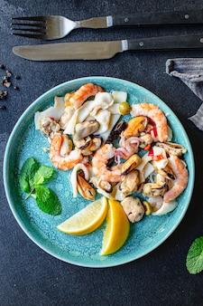 Gamberetti insalata di mare, cozze, calamari e altri spuntini sani