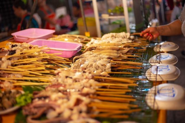 Spiedini di pesce da grigliare al mercato notturno