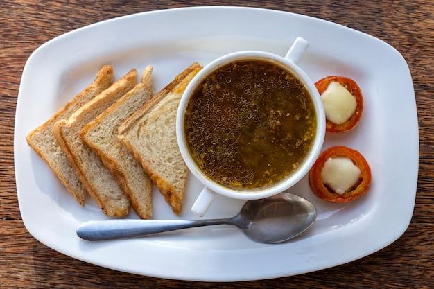 Zuppa di pesce in una ciotola bianca sul tavolo, tanzania, africa orientale, primi piani