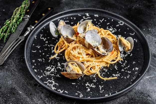 Pasta di spaghetti ai frutti di mare con vongole di vongole in un piatto