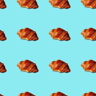 Croissant senza cuciture con ombra su sfondo blu