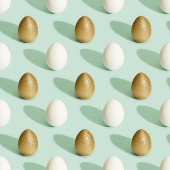 Modello senza cuciture da uova di pasqua dipinte di bianco e oro. stampa pasquale minima.