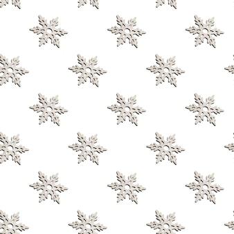 Modello senza cuciture fatto di decorazioni natalizie in legno a forma di fiocchi di neve intagliati su bianco