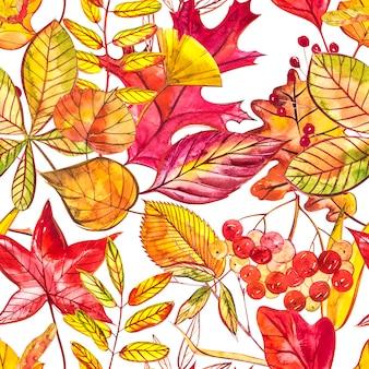 Modello senza cuciture con ghiande e foglie di quercia autunnali in arancione, beige, marrone e giallo.