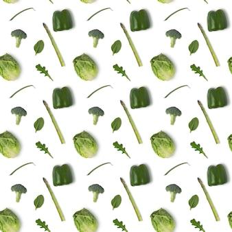 Modello senza cuciture con lattuga, asparagi, pepe e rucola isolati su sfondo bianco