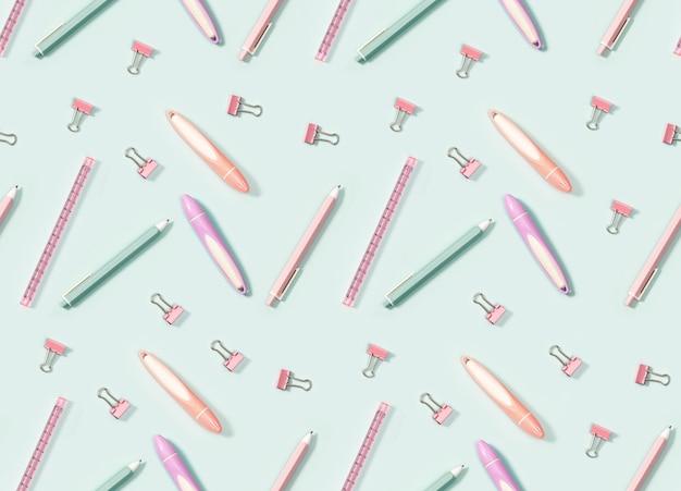 Modello senza cuciture con forniture per ufficio, matite colorate, penne