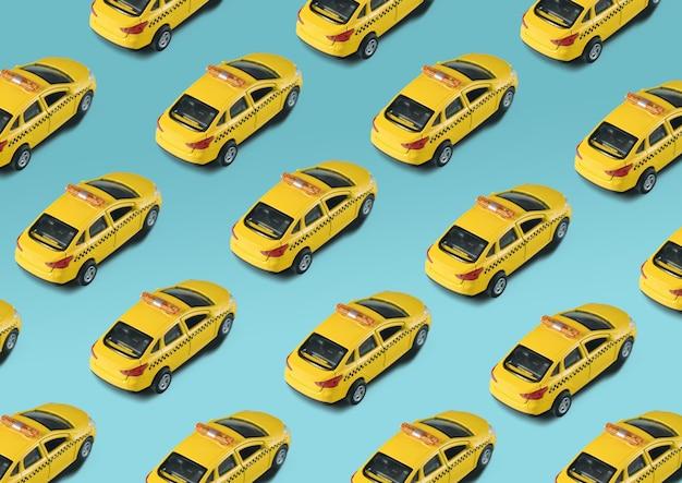 Modello senza cuciture con taxi giallo macchina giocattolo su bianco