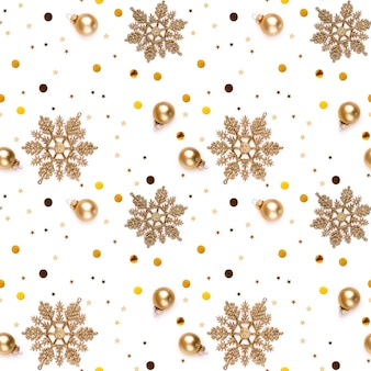 Fondo bianco senza cuciture di capodanno con fiocchi di neve d'oro, palline decorative, stelle lucenti e coriandoli lucenti.