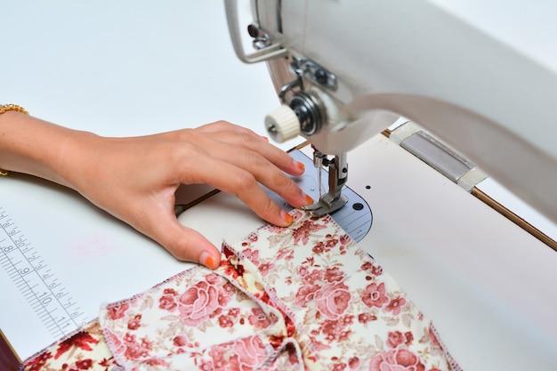 Sarta che lavora alla macchina da cucire