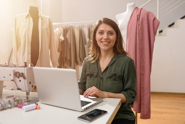 La sarta lavora ai vestiti nuovi ordinati dal client internet