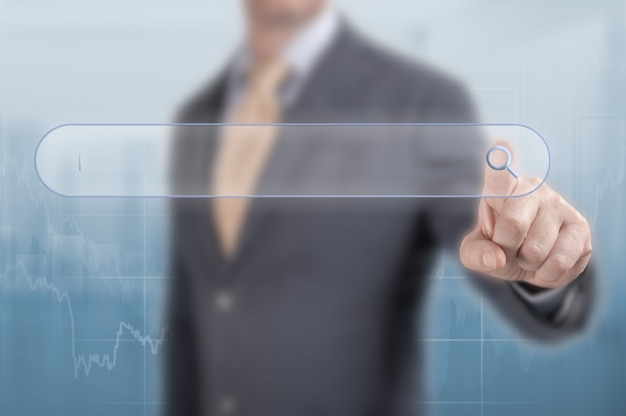 Cerca il concetto di soluzioni aziendali. ricerca e seo. l'uomo d'affari fa clic sulla lente di ingrandimento nella barra di ricerca. pulsante di clic della mano di affari sulla barra degli strumenti di ricerca. soluzioni aziendali su schermo virtuale