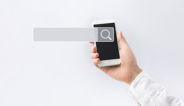 Ricerca e concetti di big data con mano maschio utilizzando smart phone con motore di ricerca
