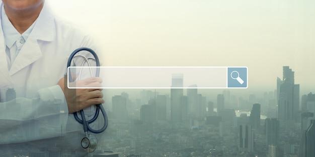 La ricerca della barra di navigazione internet sullo sfondo è un medico che tiene in mano lo stetoscopio un impegno
