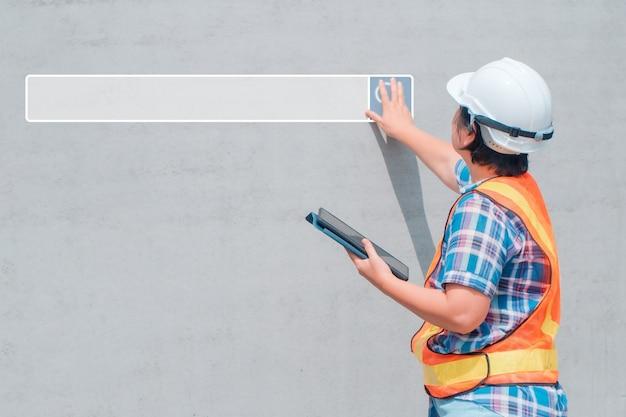 La ricerca della barra di navigazione in internet sullo sfondo è una donna di ingegneria che indossa un casco bianco e tiene in mano un tablet. ricerca navigazione internet dati informazioni networking concept