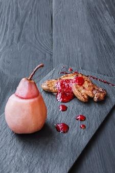 Foie gras scottato servito con salsa ai frutti di bosco