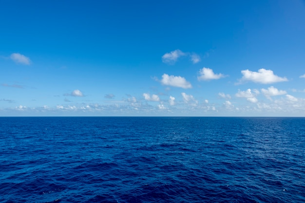 Vista sul mare, mare blu. tempo calmo. vista dalla nave. Foto Premium
