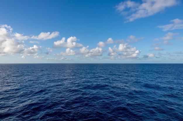 Vista sul mare, mare blu. tempo calmo. vista dalla nave.