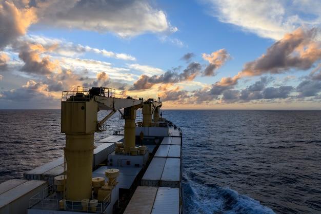Vista sul mare mare blu tramonto in mare calmo tempo vista dal lavoro nave da carico in mare