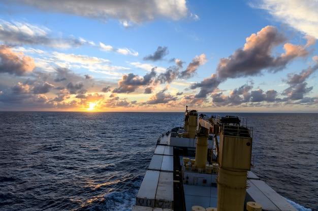 Vista sul mare mare blu tramonto in mare calmo tempo vista dal lavoro nave da carico in mare Foto Premium