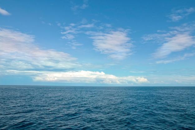 Vista sul mare cielo azzurro con nuvole e mare calmo