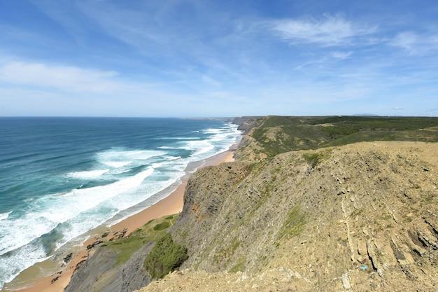 Vista sul mare dal punto di vista di castelejo, (vista della spiaggia di cordoama), vila do bispo, algarve, portogallo