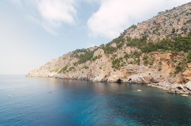 Vista sul mare a maiorca. vacanze nel mediterraneo.