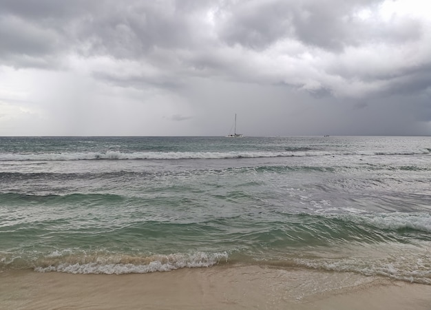 Panorama di vista sul mare con temporale a bayahibe, repubblica dominicana